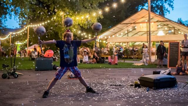 Kleiner Junge jongliert mit drei Bällen