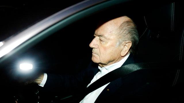 Porträt von Blatter an einem Steuer.