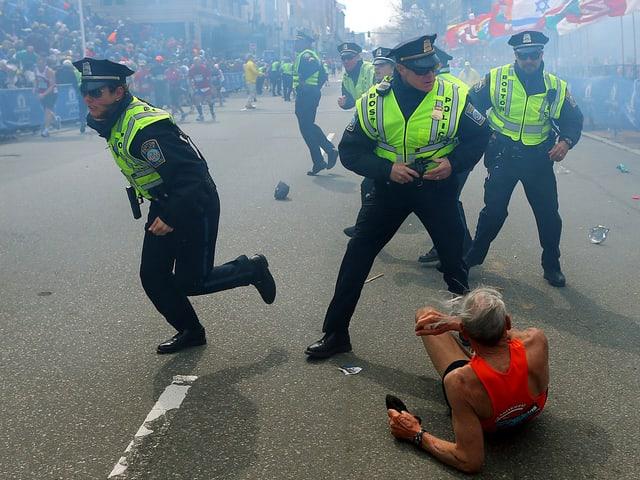 Polizisten helfen einem alten Mann