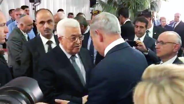 Handschlag am Rande der Trauerfeier: Palästinenserpräsident Abbas (links) und Israels Premier Netanyahu