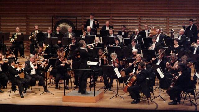 Gruppenbild des London Concert Symphony Orchestra - viele Musiker auf einer Bühne