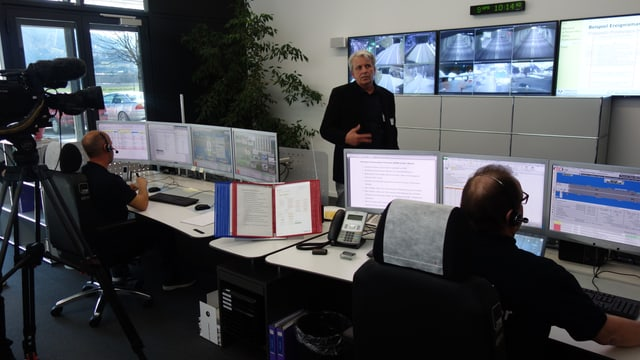 Martin Jenal, il manader da tecnica da l'Uffizi da construcziun bassa declera tge che vegn fatg en la nova centrala a Tusaun.