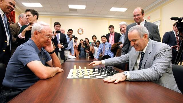 Garri Kasparow am Schachbrett