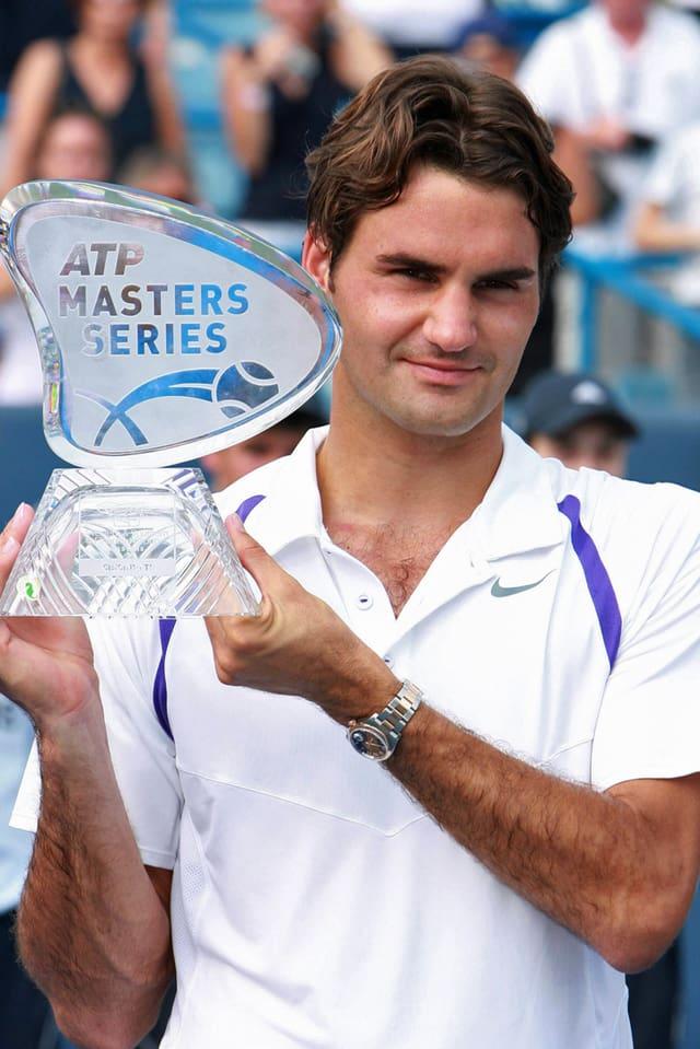 Roger Federer mit Trophäe