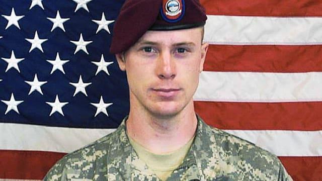 Bowe Bergdahl in Uniform vor der Flagge der USA.