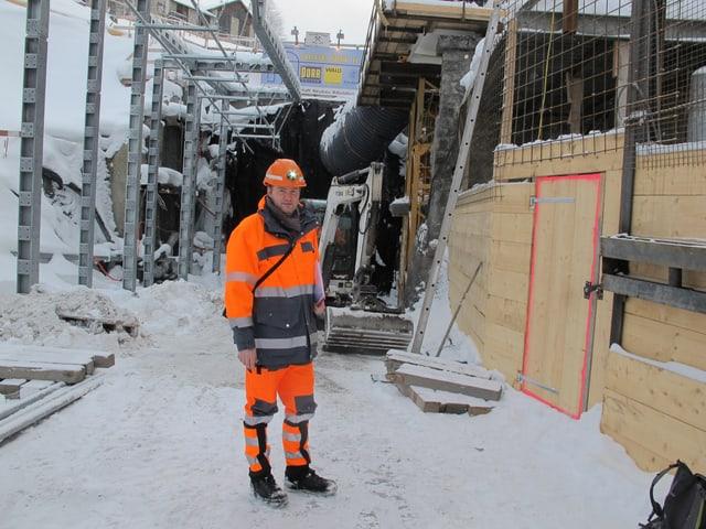 Baustellenleiter im Schnee vor der Baustelle