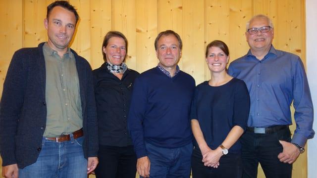 La suprastanza Anavant Surses, da san.: Patrick Thurner, Linda Netzer, Luzi Thomann (president), Martina Schwendener, Urs Zurkirchen.