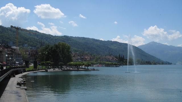 Blick auf die Bucht im Zugersee mit Springbrunnen.