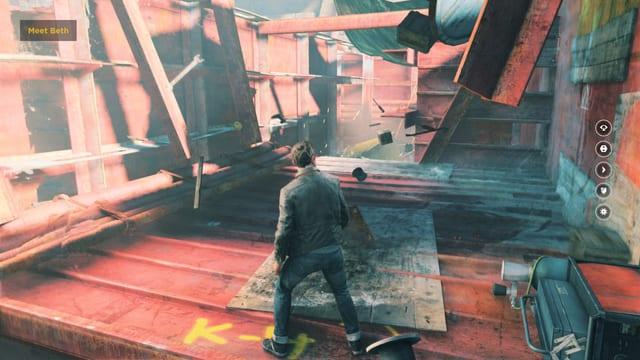 Jack Joyce steht in einem roten Frachtschiff.