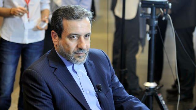 ll viceminister da l'exteriur iranais Abbas Araghchi durant ils discurs d'atom.