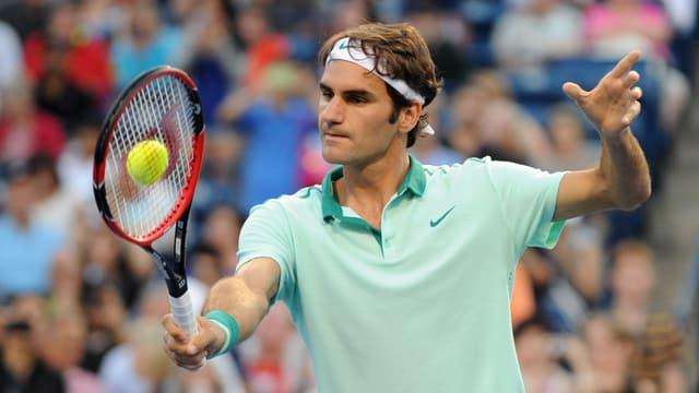 Roger Federer spielt eine Rückhand.