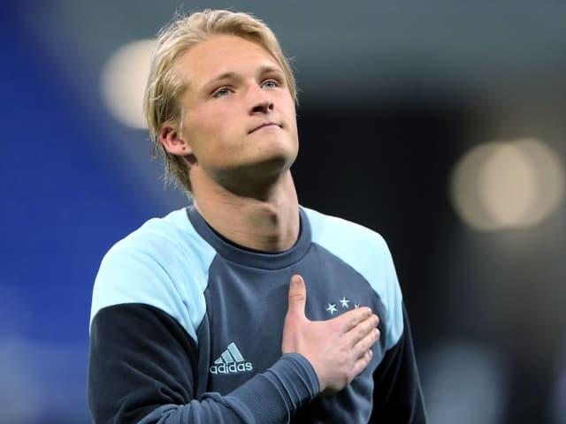 Kasper Dolberg hält seine Hand auf die Brust.