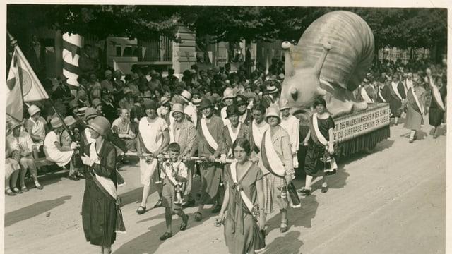 Frauen demonstrieren mit der Figur einer Schnecke.