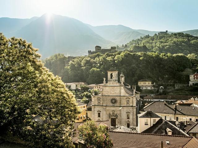 Bellinzona cun la baselgia Pietro e Stefano ed ils chastels Montebello e Sasso Corbaro.
