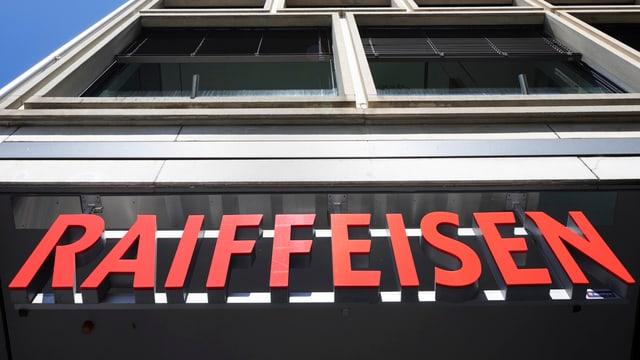 Raiffeisen-Schriftzug über Gebäude