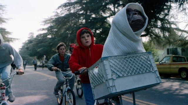 Kinder mit E.T. auf BMX Rädern unterwegs