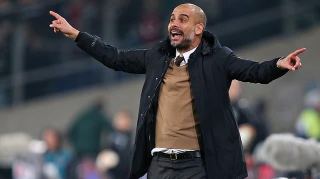 Pep Guardiola dirigiert an der Seitenlinie