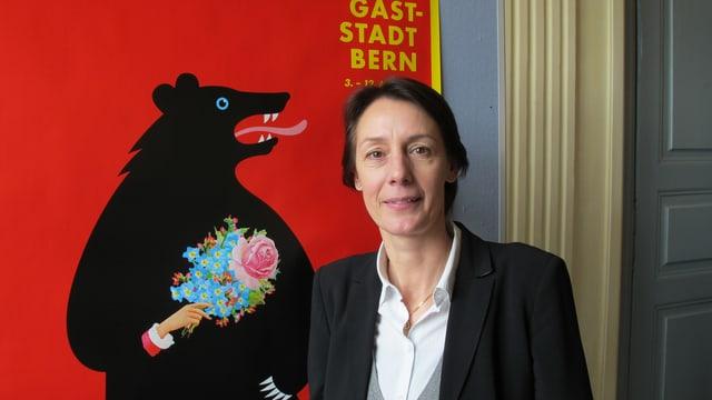 Barbara Hayoz vor dem BEA-Plakat.
