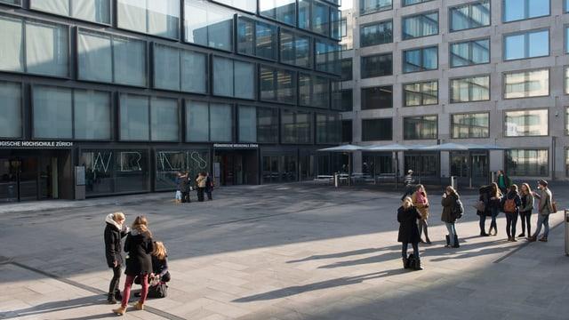 Studierende stehen in Gruppen auf dem Vorplatz der PH Zürich.