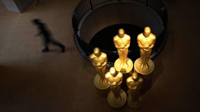 Oscar-Figuren am Eingang eines Kinos.