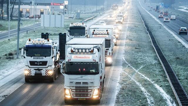 Collonas d'autos sin autostrada en il nord da l'Ollanda.