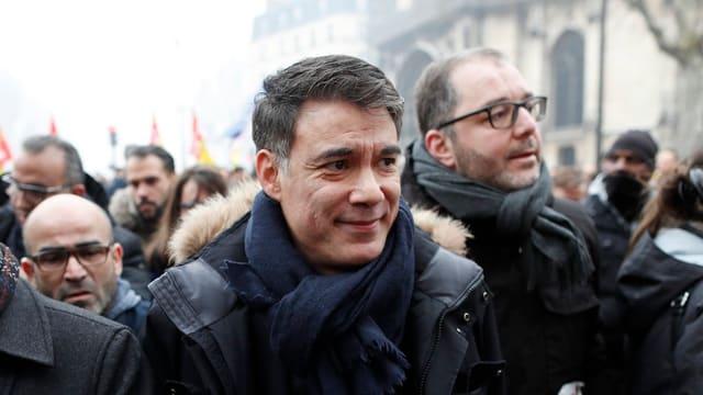 Porträt von Olivier Faure in einer Menschenmenge.