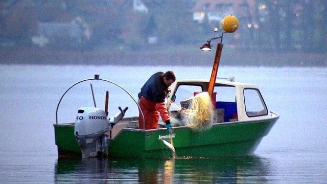 Berufsfischer in einem Boot auf dem See