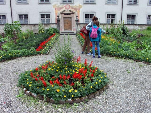 Die zwei Reporterinnen bestaunen den farbigen Garten.