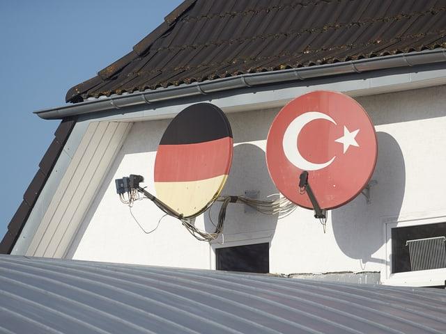 Satellitenschüsseln mit Deutscher respektive Türkischer Flagge