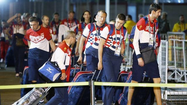 Russische Athleten am Flughafen.