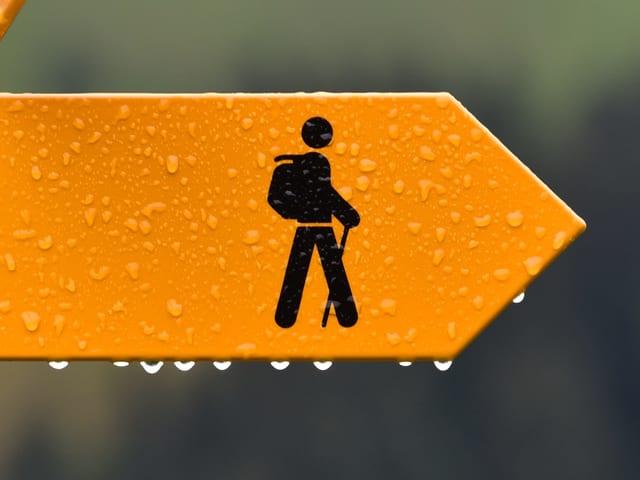Eine Wegweiser im Regen.