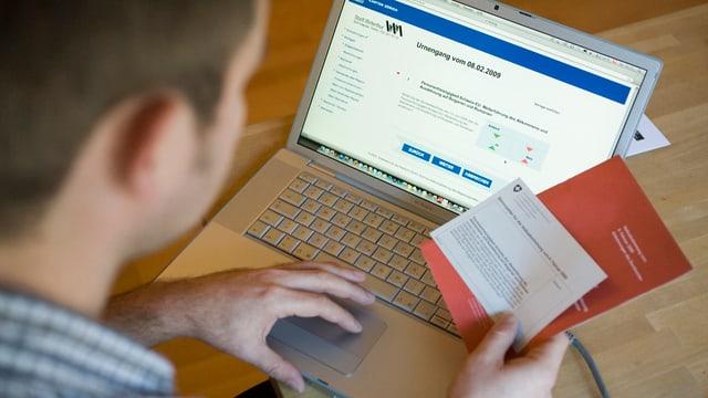 Mann mit Stimmunterlagen und Computer
