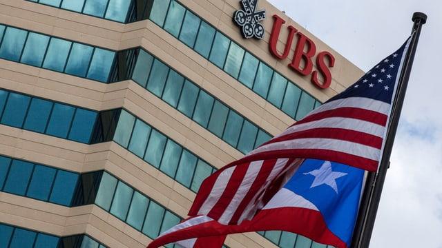 US-Flagge vor UBS-Emblem