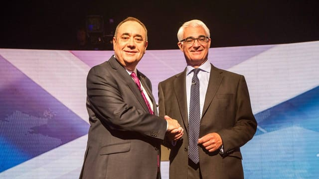 Alex Salmond (li) und Alistair Darling schütteln sich die Hand nach dem TV-Duell.