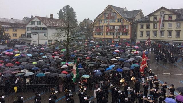 Schirm auf an der Landsgemeinde in Appenzell. Es gab aber auch trockene Abschnitte.