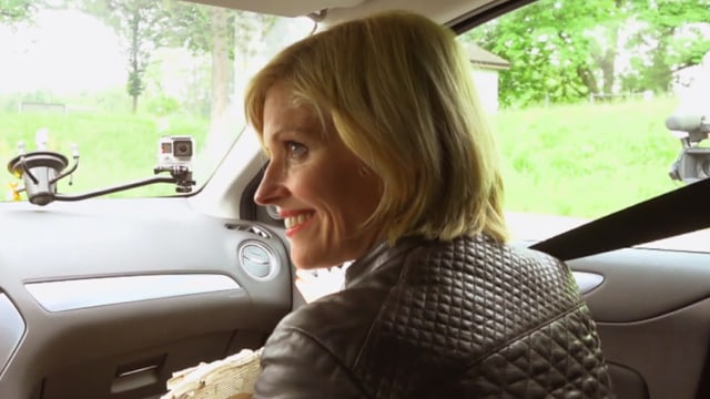 Sabine Dahinden in einem Auto, von hinten fotografiert