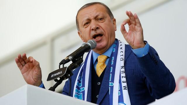 Erdogan im Porträt mit gestikulierenden Händen.