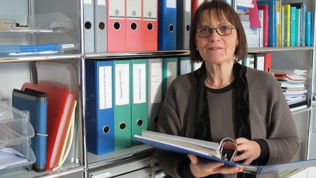 Anneliese Ermer steht in ihrem Büro. Sie ist Gutachterin.