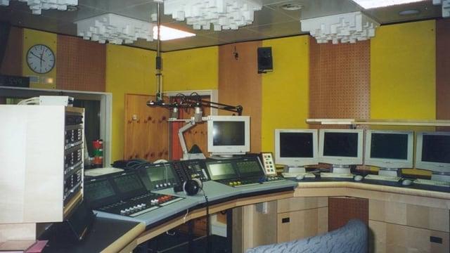 Studio da radio da l'onn 2000 cun ina massa computers e technica.
