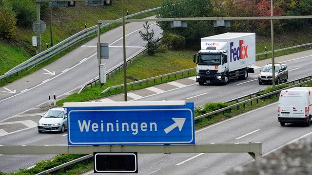 Blaues Schild mit der Aufrschift Weiningen auf der Autobahn A1.