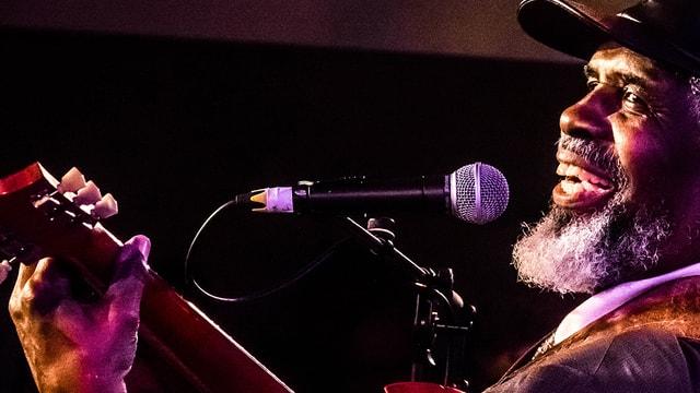 Blueser an Gitarre und mit Mikrofon
