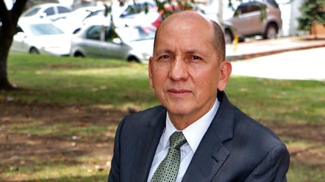 Porträt von Luis Mendieta im Anzug.