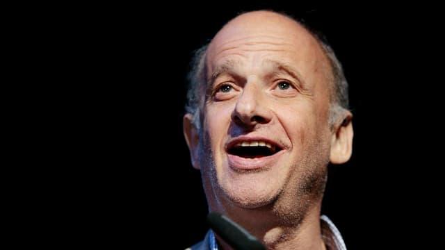 Luc Bondy il 2008 a Turitg durant ch'el engrazia al public per in premi ch'el ha retschavì.