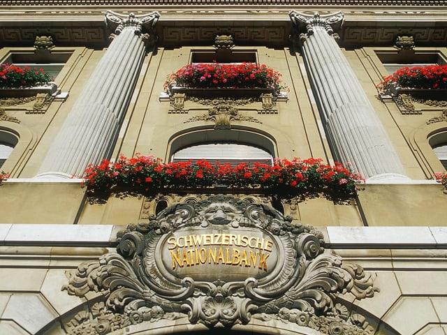 Fenster der Schweizer Nationalbank sind mit Geranien dekoriert.