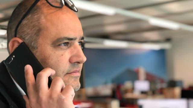 Mann mit Telefon am Ohr