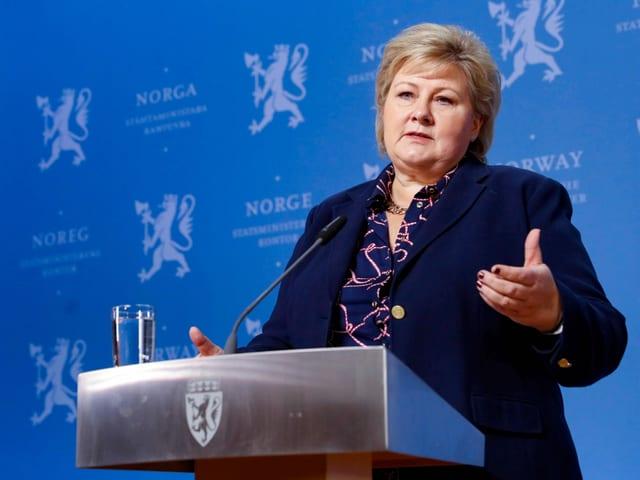 Erna Solberg am Rednerpult.