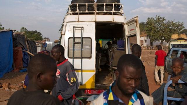 Reisende beladen einen Kleinbus für die Fahrt nach Bamako