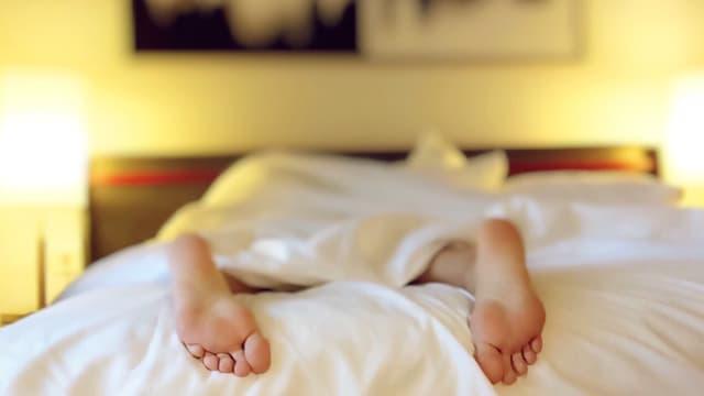 Füsse einer Person beim Schlaf