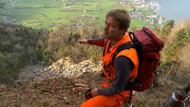 Heinz Müller am Berg, im Hintergrund sieht man Grünflächen des Tals