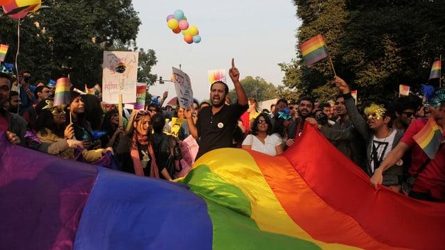 Demonstranten mit Regebogen-Flaggen demonstrieren gegen das Anti-Homosexualitäts-Gesetz in Indien.